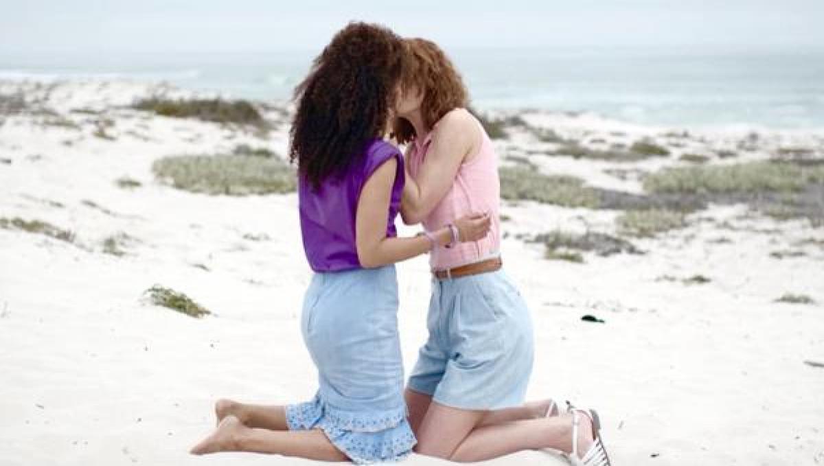 """Люди увидели фото девушек и завидуют их любви. Но эта пара не из """"Чёрного зеркала"""", а из журнала для взрослых"""