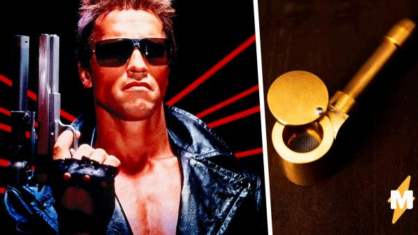 A fan gave Arnold Schwarzenegger a smoking pipe and received a reply.  People like this Terminator