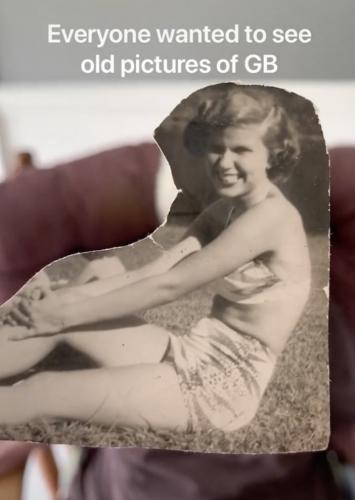 Блогер показал старушке, что у неё под пледом, и люди тронуты. Внук отплатил бабуле за миллионы просмотров
