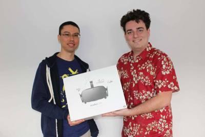 Palmer Freeman Luckey übergibt die erste Lieferung der Oculus Rift (Quelle: Palmer Freeman Luckey)