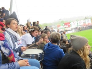 rugby finales brive 2015 082 les supprtrices avec tambours  plumes et trompettes