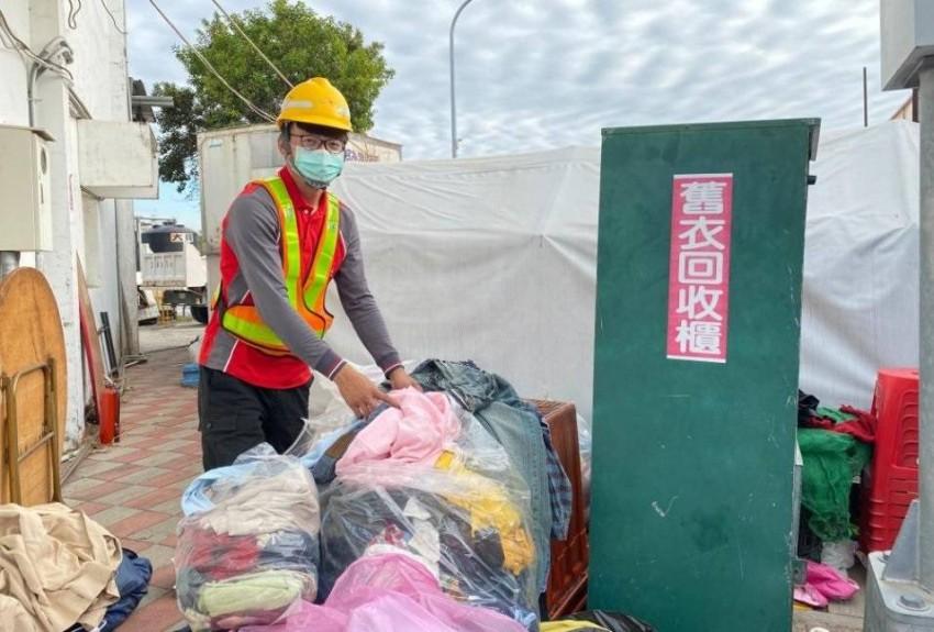 عامل يعيد 10 آلاف دولار عثر عليها أحد الملابس المستعملة