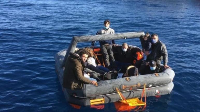 خفر السواحل التركي ينتشل 12 لاجئاً حاولت اليونان إغراقهم