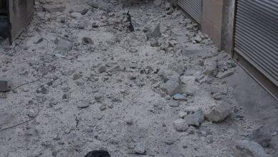 """قتل 3 مدنيين، بينهم طفل وامرأة بحصيلة أولية، وإصابة 15 آخرين من الكوادر الطبية العاملة في مشفى مدينة الأتارب والمراجعين، اليوم الأحد بقصف مدفعي من قبل قوات النظام السوري. أعلن الدفاع المدني السوري، عبر صفحته الرسمية في موقع """"تويتر"""" عن مقتل 3 مدنيين وإصابة 15 آخرين، كحصيلة أولية بقصف مباشر من قبل قوات النظام السوري على مشفى في دينة الأتارب بريف حلب الغربي، ما أدى أيضا لخروج المشفى عن الخدمة."""