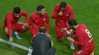 فيديو: لاعبون أتراك يفطرون أثناء سير المباراة