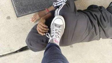 مشهد يثير الغضب.. معلمة أمريكية تضع قدمها على رأس طالب
