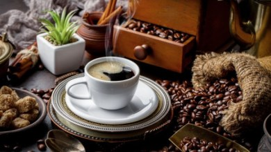 بعد أن كانت مشروباً يومياً، أصبحت القهوة بعيدة عن متناول غالبية السوريين ويقتصر شراؤها على الأغنياء،بينما يحاول عشاقها من الفقراء التأقلم بعيداً عنها