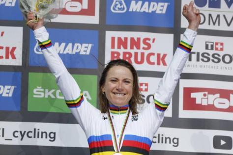 Cyclisme sur route - Championnat du monde - Annemiek Van Vleuten sur le podium, mardi, après avoir conservé son titre. (Presse Sports)