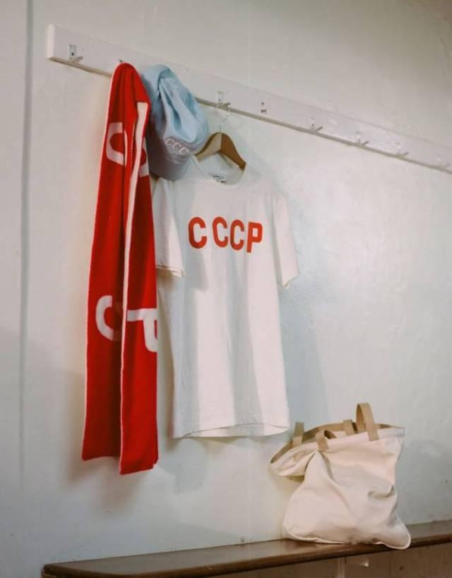 Écharpe, tee-shirt et bob avec les sigles CCCP (D.R.)