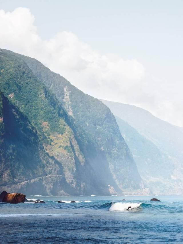 La côte nord, au pied des falaise à Sao Vicente.  Alex Profit