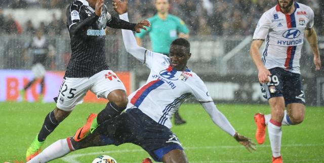 Diakhaby a fait faute sur Malcom, mais l'arbitre n'a pas donné de penalty. (L. Nicolas/L'Equipe)