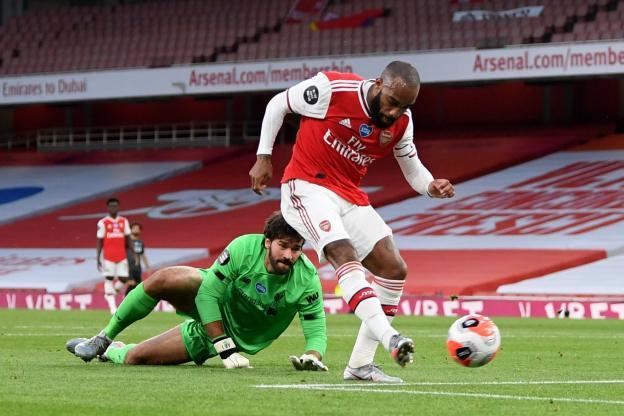 Un but et une passe décisive pour Alexandre Lacazette (ici devant Alisson) face aux Reds. (Reuters)