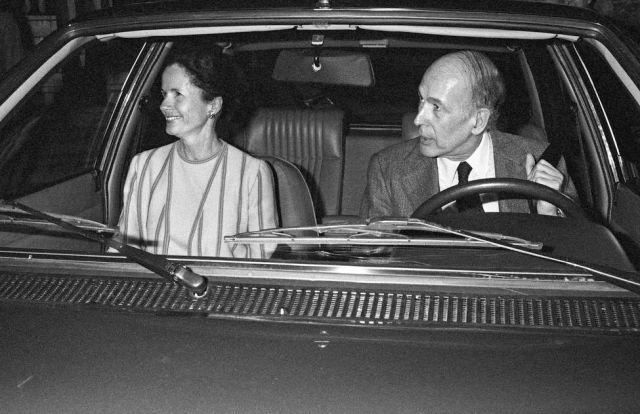 """Valery Giscard d&squot;Estaing et sa femme Anémone dans leur voiture à la sortie de l&squot;émission """"Carte sur table""""."""