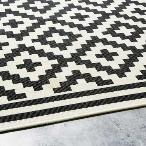 outdoor teppich weiss mit schwarzen grafikmotiven 160x230 maisons du monde