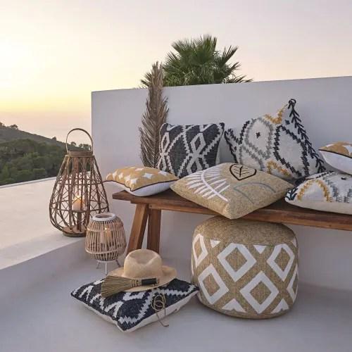 pouf d exterieur tresse beige motifs graphiques blancs maisons du monde