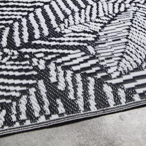 tapis d exterieur en polypropylene motifs feuilles graphiques noires et blanches120x180 maisons du monde