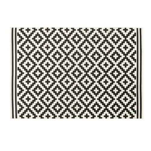 tapis d exterieur en polypropylene tisse motifs graphiques noirs et blancs 120x180 maisons du monde