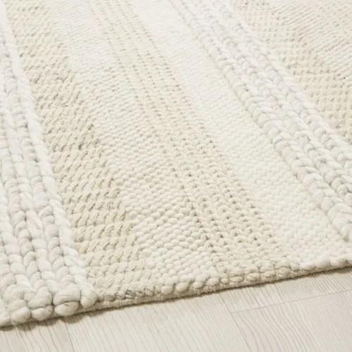 tapis en laine tressee ecrue et grise et imprime bayadere 140x200 maisons du monde