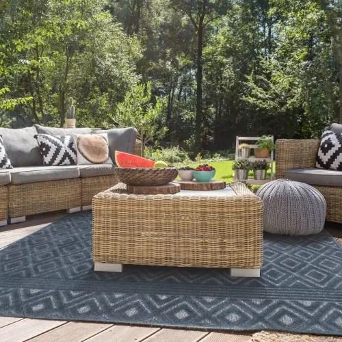 tapis a motifs losanges bleu 133x180 maisons du monde