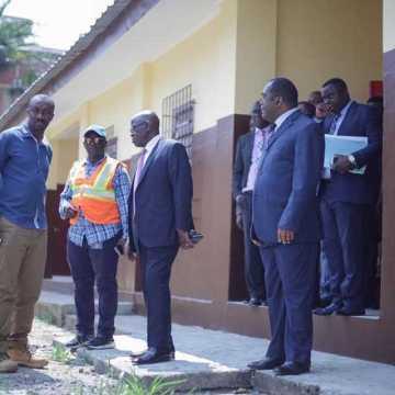 Michel Menga M'Essone en visite dans 4 établissements de Libreville