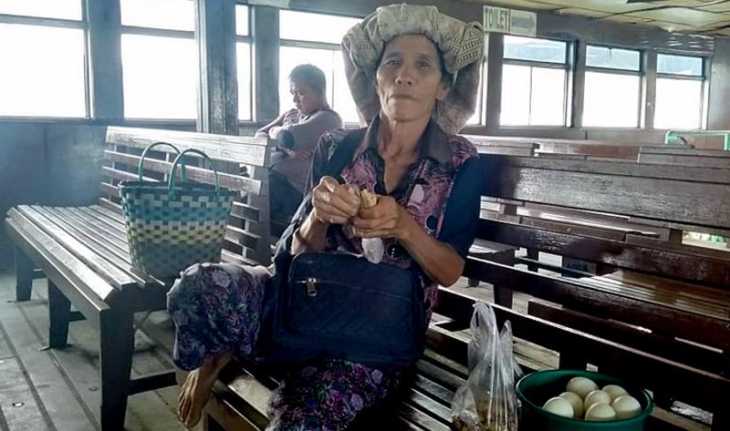 Rosmaida Gurning, Sudah 30 Tahun Berjualan Di Kapal Penyeberangan Ajibata-Tomok