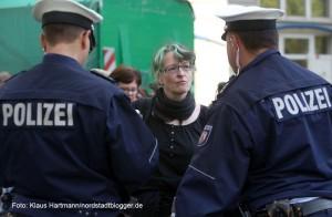 Räumung der Kirche Sankt Albertus Magnus. MdL Piraten, Birgit Rydlewski im Gespräch mit der Polizei