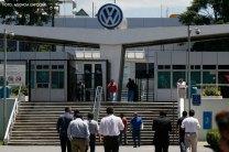 CUAUTLANCINGO, Pue. 14 Agosto 2013.- Personal de la planta armadora automotriz, Volskwagen Puebla, ingresa diariamente a la empresa a realizar sus labores de producción. Ante las negociaciones realizadas con el Sindicato Independiente de Trabajadores de la Industria Automotriz Volkswagen (Sitiavw), la armadora alemana de México ofreció este miércoles por la noche un aumento de 3.5 por ciento directo al salario de los más de 12 mil trabajadores sindicalizados de base, con la finalidad de no reducir el poder adquisitivo de sus trabajadores. //Javier Palacios/Agencia Enfoque//
