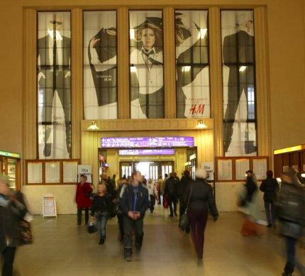 Vuoden 2004 paras ulkomainos Helsingin rautatieasemalla