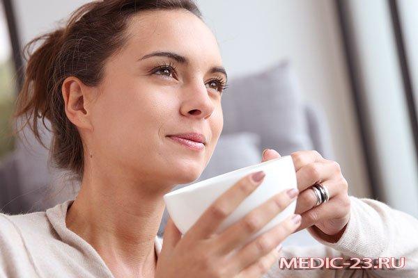 Девушка пьет чай с чабрецом