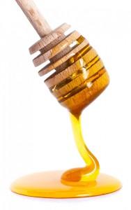 Miel coulant d'une cuillère à miel