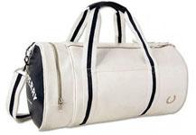 Для женской аудитории британский производитель Фред Перри выпускает различные варианты сумок, учитывая потребности и приоритеты женщин. Так, среди огромного ассортимента можно найти, к примеру, женские сумки Фред Перри для фитнеса, которые отличаются от мужских спортивных сумок чуть меньшим размером и цветовой гаммой.