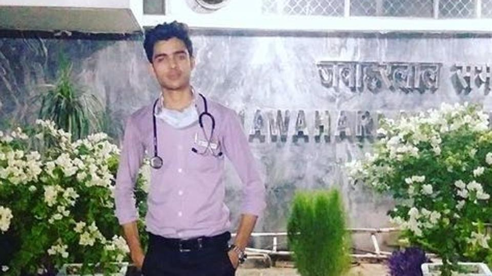 Police Arrested a Teenager with good medical knowledge imposing as a Doctor in AIIMS!