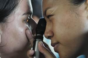 image showing an eye doctor conducting an diabetic eye exam