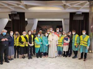 Il Papa tra i senza fissa dimora vaccinati in Aula Paolo VI, saluta i medici e infermieri volontari di Medicina Solidale