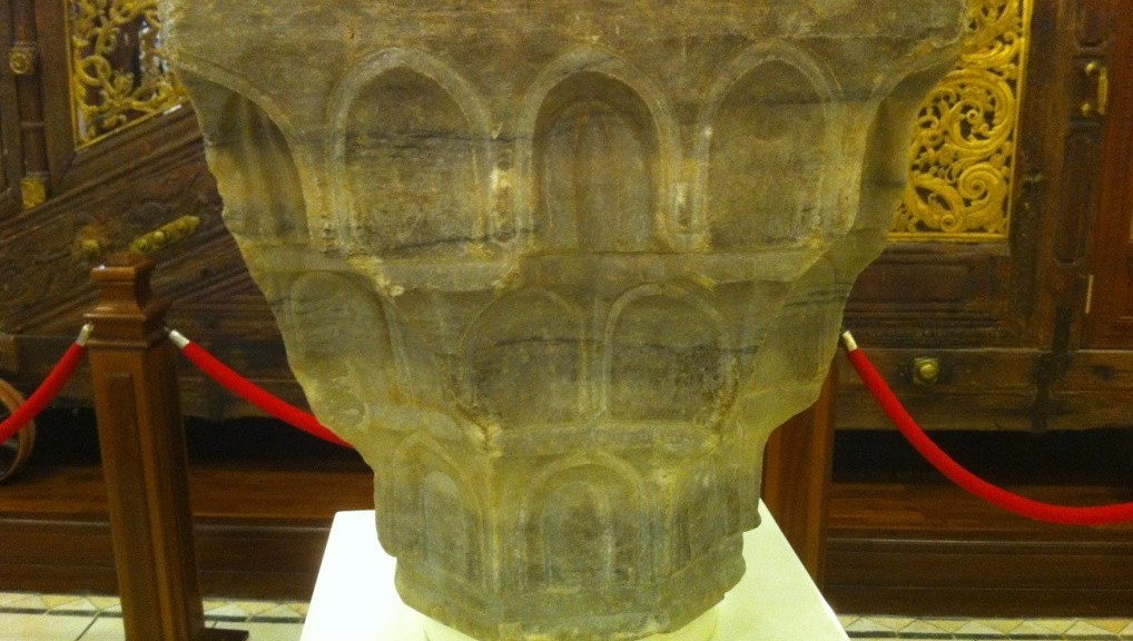 Image of The crown of a marble pillar from a colonnade or an arcade of al-Masjid al-Haram dating back to the Ottoman period.