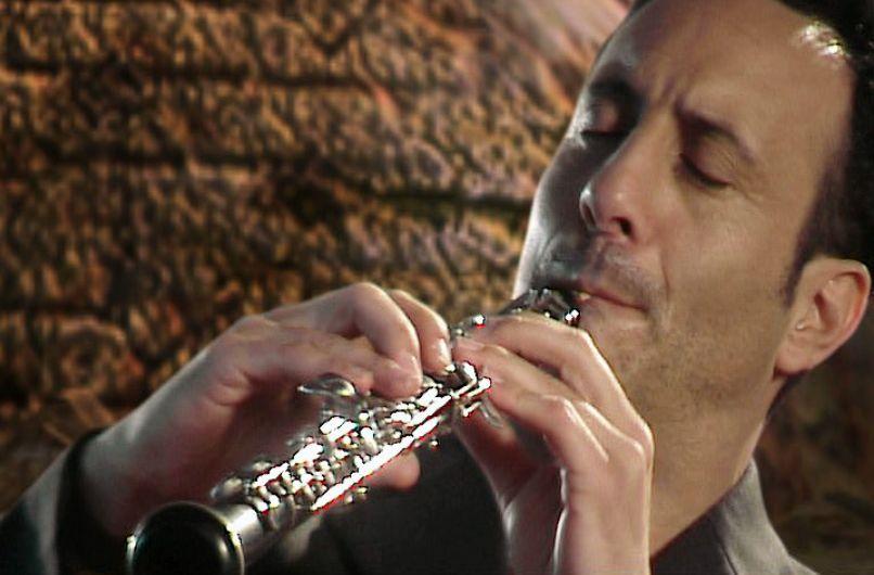 Russel Walder tocando el oboe