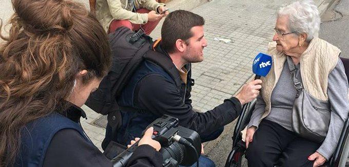 Entrevista a una mujer en la calle en la radio televisión comunitaria Cardedeu.