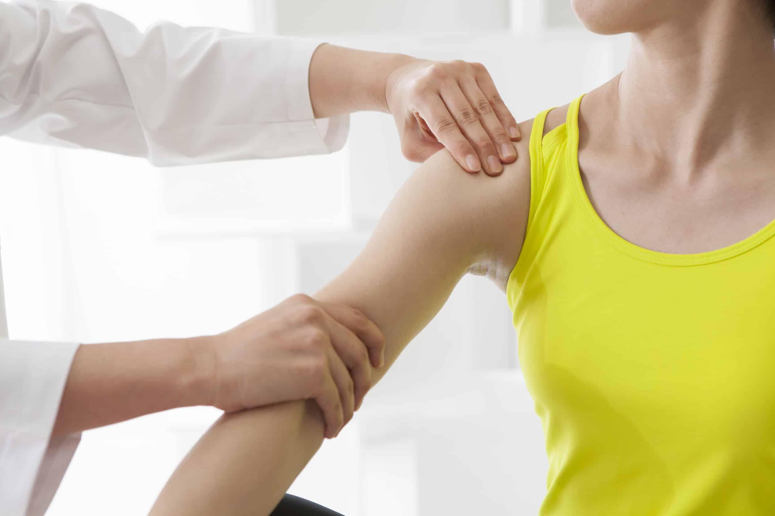 Przeprowadzany masaż tkanek głębokich u młodej kobiety