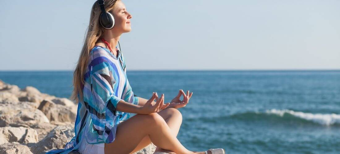 how to meditate for beginners woman at ocean