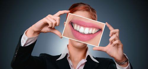 """Werbung für """"perfekte Zähne"""" ist wettbewerbswidrig"""