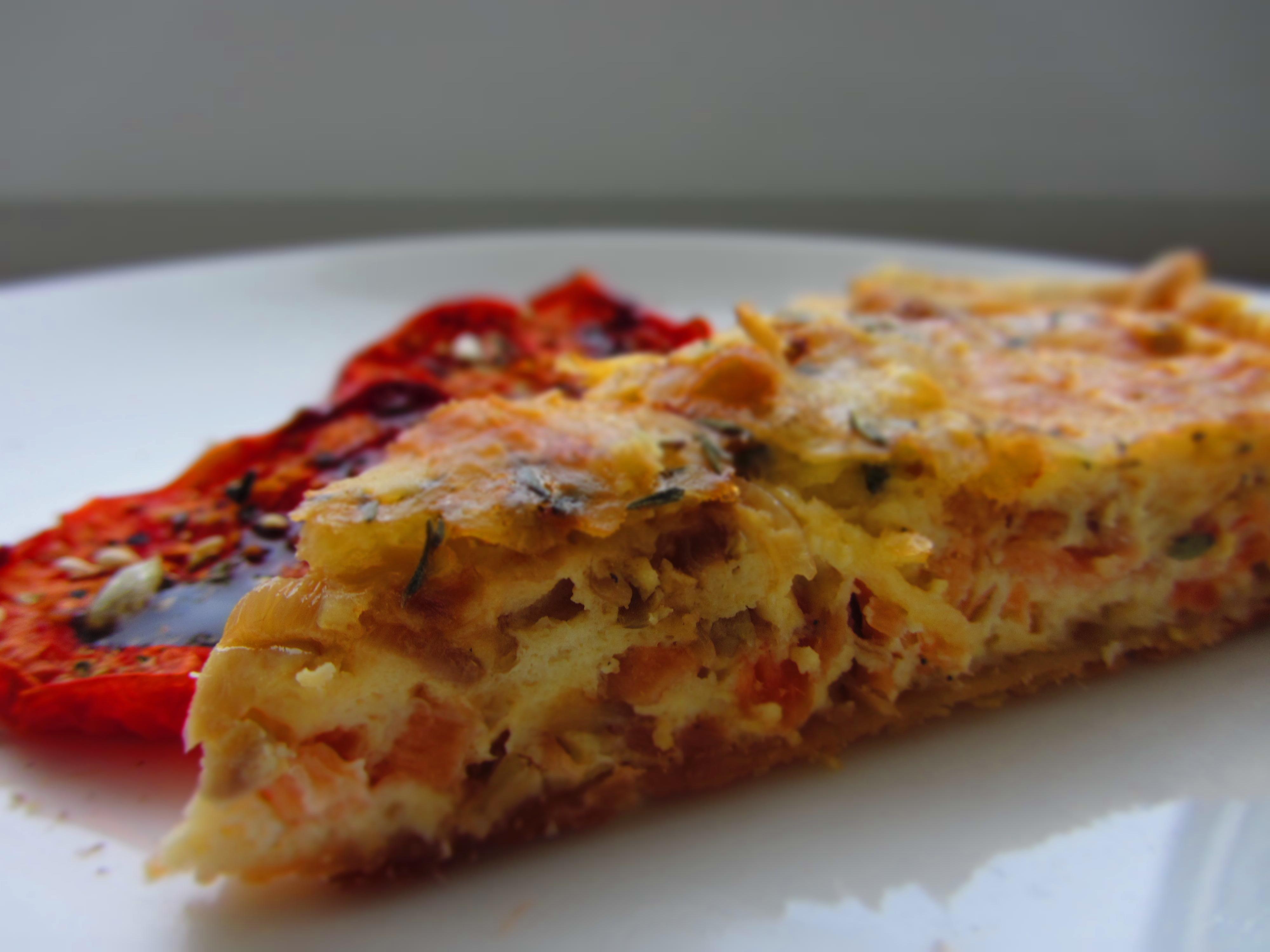 Sāļais pīrāgs (quiche, kišs) ar kūpinātu lasi, ceptiem sīpoliem un sieru