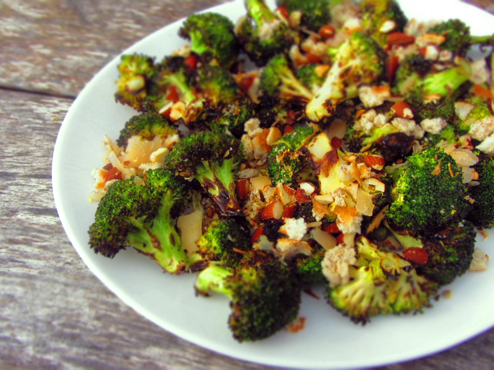 Grilēti brokoļi ar ķiploka-citrona-mandeļu drupačām