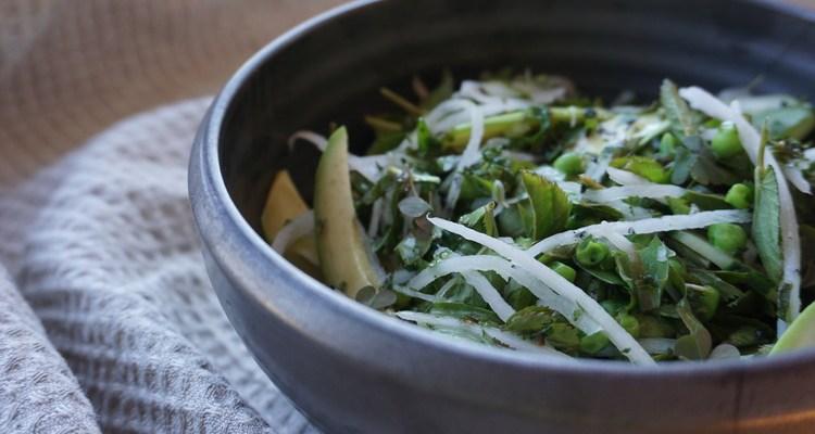 Pavasara zaļumu salāti ar piparmētru mērci