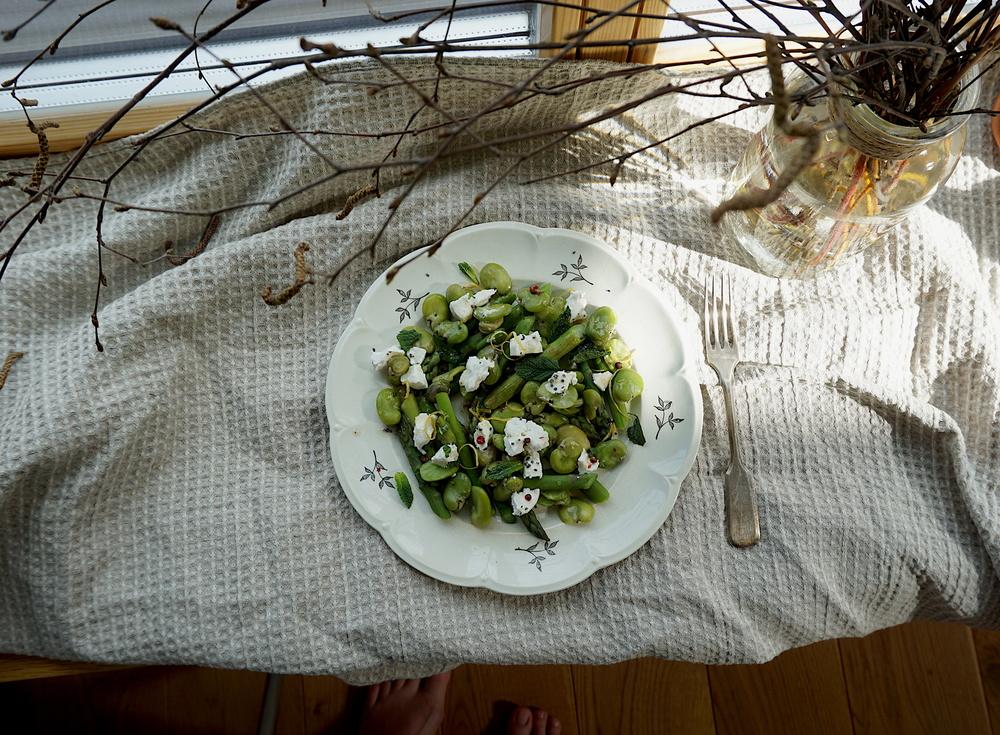 Sparģeļu salāti ar cūku pupām un kazas sieru