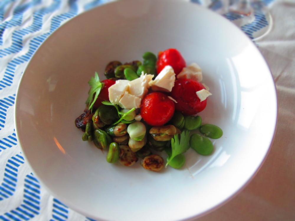 Siltie salāti no cūku pupām, tomātiem un fetas siera.