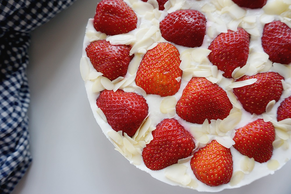 Zemeņu biezpiena kūka
