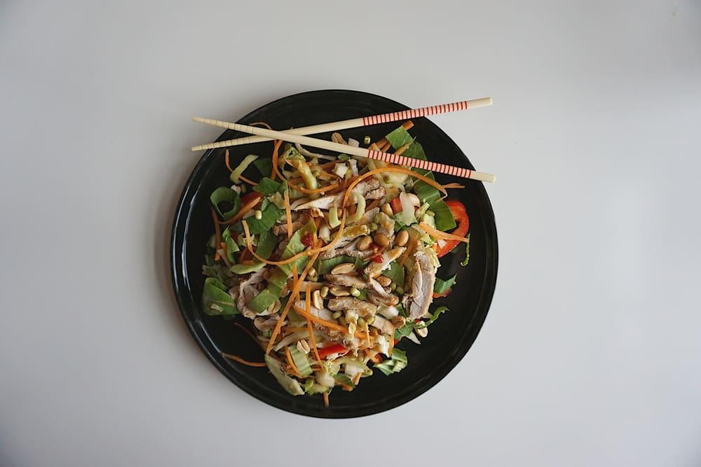 āzijas salāti ar vistu un zemesriekstiem