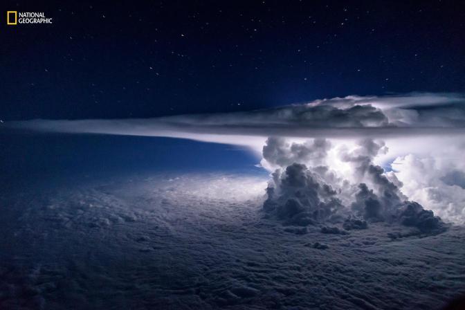 «Тихоокеанский шторм». Третье место в категории «Пейзаж». Снимок сделан в июне 2016 года в нескольких километрах от южного побережья города Панама безлунной ночью; единственный источник света — молния внутри шторма. Фото: Santiago Borja / 2016 National Geographic Nature Photographer of the Year