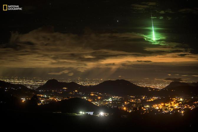 «Счастливый зеленый метеор». Специальное упоминание жюри в категории «Пейзаж». Фотограф поставил камеру у дороги в горной цепи Западные Гаты (южная Индия) и настроил ее так, чтобы она сделала 999 15-секундных фотографий. Он лег спать, а утром решил просмотреть кадры — на одном из них он заметил что-то зеленое. Оказалось, что это редкий зеленый метеор. Фото: Prasenjeet Yadav / 2016 National Geographic Nature Photographer of the Year