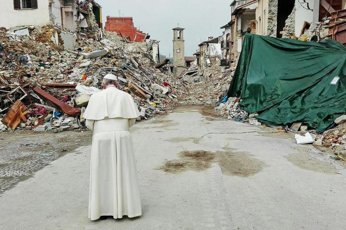 Папа римский Франциск в разрушенном землетрясением городе Аматриче. Италия, 4 октября Фото: Matteo Guidelli / EPA / LETA
